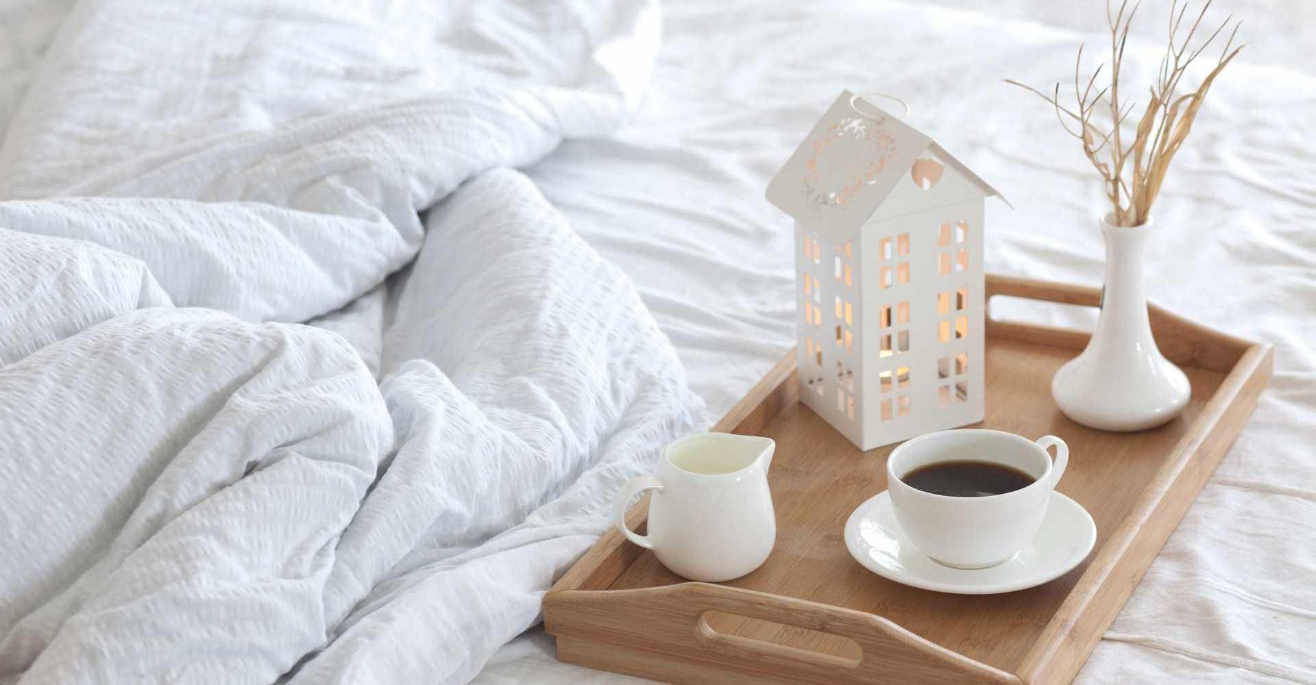 Wohntrends aus Skandinavien_Tablett auf Bett_shutterstock_186026738_L