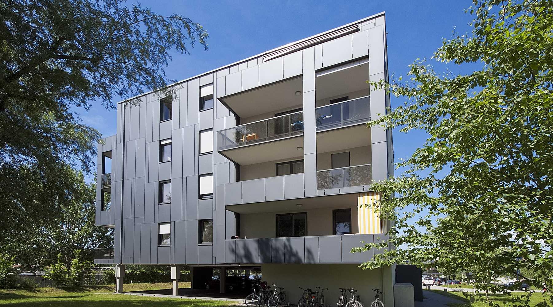 Modernes Gebäude mit schwarzer Fassadenverkleidung in Berlin