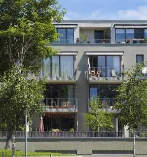 Modernes anthrzitfarbenes Gebäude mit vielen Balkonen