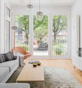 Stilvolles Wohnzimmer mit Blick auf den Erker