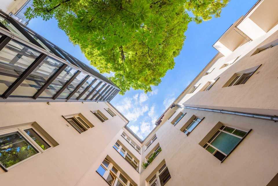 Blick in den Himmel im Innenhof einer Immobilie mit neuem Aufzug