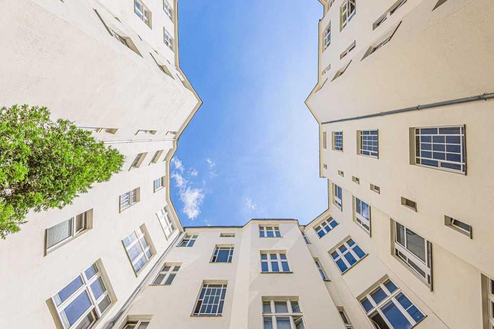 Blick in den Himmel im Innenhof einer Wohnanlage