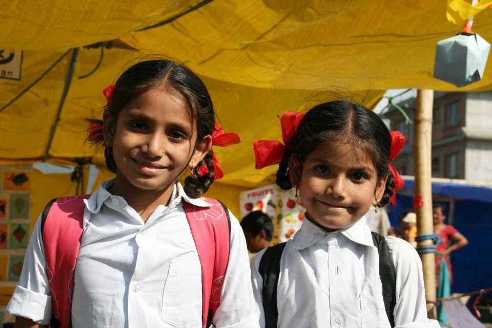Zwei Mädchen aus Nepal mit Schulranzen